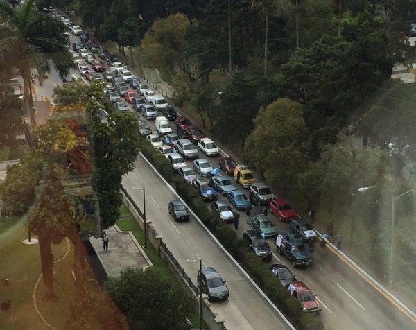 La protesta complica el tránsito vehicular en la zona 10 capitalina (Foto Prensa Libre: Tomado de la cuenta de twitter @iPiter)