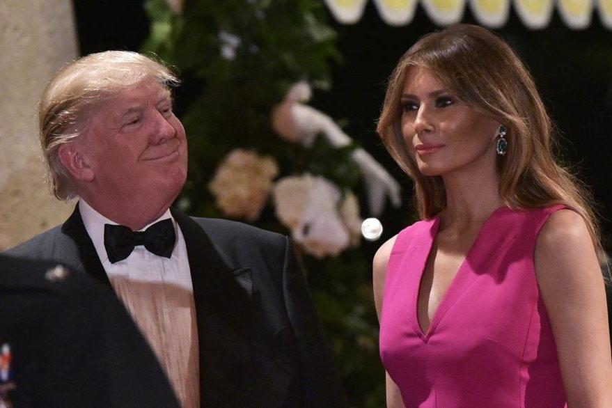 Donald Trump y su esposa Melania Trump durante la cena de gala de la Cruz Roja en Miami, el sábado último. (Foto Prensa Libre: AFP)