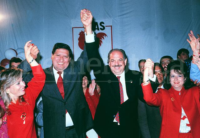 Gustavo Espina y Jorge Serrano celebran el triunfo en segunda vuelta, en enero de 1991. (Foto: Hemeroteca PL)