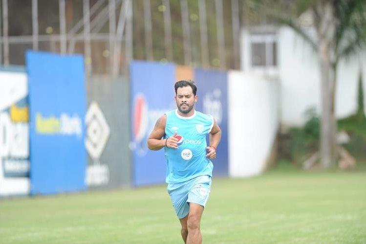 Carlos Ruiz se entrena en la cancha de Proyecto Goal. (Foto Prensa Libre: Edwin Fajardo)
