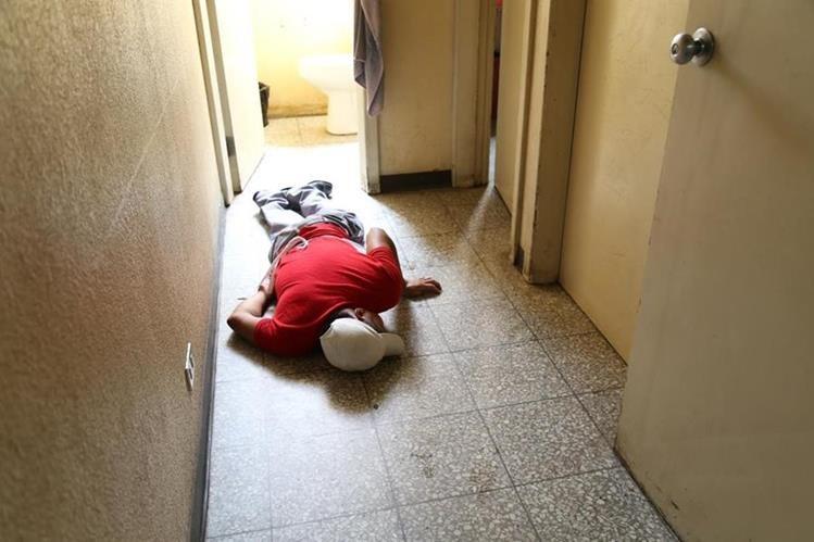Uno de los empleados del HRO que fue localizado en un pasillo. (Foto Prensa Libre: María José Longo).