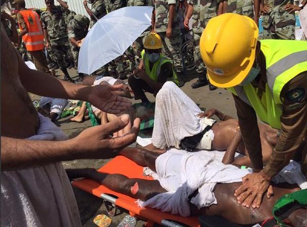 Socorristas atienden a víctimas del estampida en La Meca.(Foto Prensa LIbre:AP)