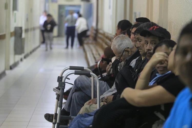 Pacientes esperan para ser atendidos en la unidad de neurología del Roosevelt, la mayoría de servicios están cerrados. (Foto Prensa Libre: E. Bercian)
