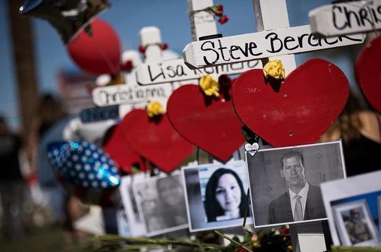 En memoria de las víctimas mortales del ataque a un concierto en Las Vegas, se efectuaron actividades enfrente cerca del hotel donde se hospedó el atacante. (Foto, Prensa Libre: AFP)