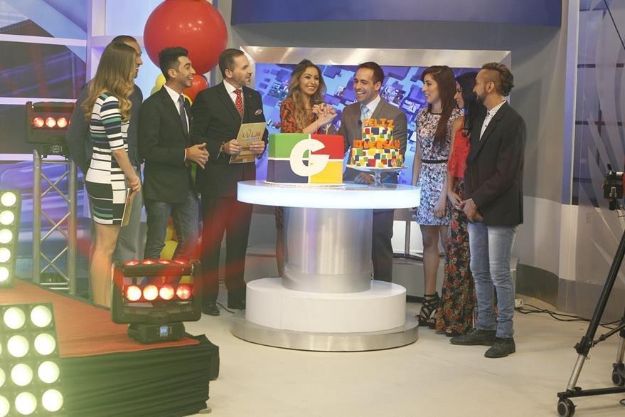 Presentadores de distintos programas asisten al programa especial. (Foto Prensa Libre: Paulo Raquec)