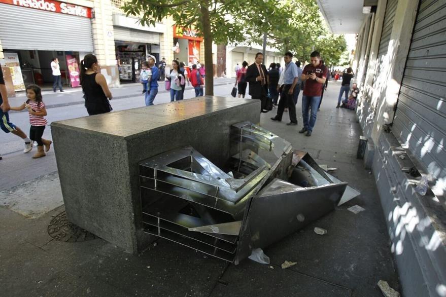 Obras de arte fueron destruidas durante los disturbios en el Centro Histórico. (Foto Prensa Libre: Paulo Raquec)