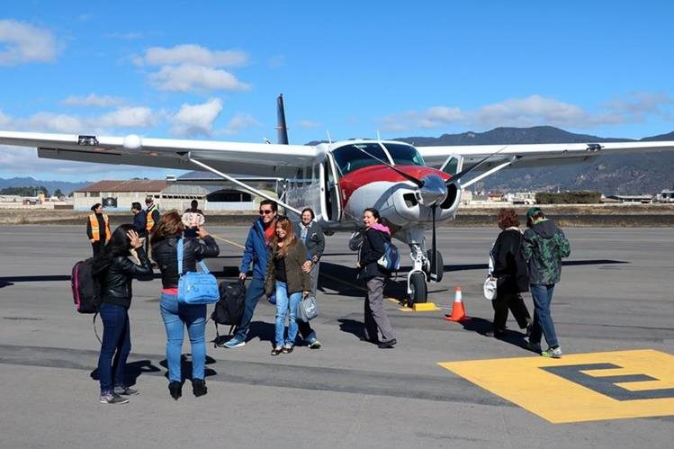 Turistas se alistan para abordar el avión en el Aeropuerto de Los Altos, Quetzaltenango. (Foto Prensa Libre: Carlos Ventura)