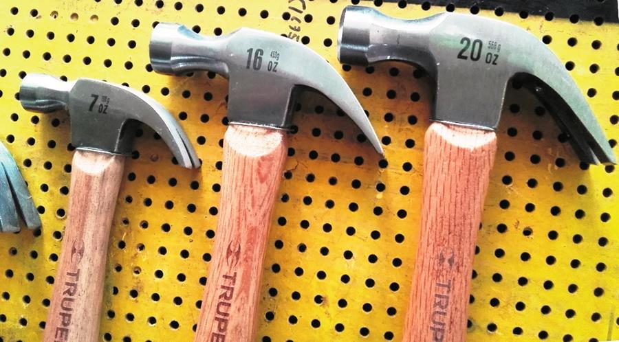 El martillo de carpintero tienen una cola que se usa en la extracción de clavos torcidos. El mango de madera tiene silueta adaptada a la mano. (Foto Prensa Libre: Cerrafer)