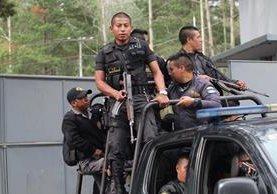 Investigadores del Ministerio Público recolectan evidencias en la brigada militar Mariscal Zavala, horas después de que se confirmara la fuga de la reclusa Marixa Lemus Pérez, alias la Patrona. (Foto Prensa Libre: E. García)
