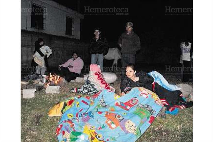 Familias de San Marcos pasaron la noche a la intemperie el 9/11/2012.  (Foto: Hemeroteca PL)
