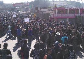 Protestas impiden paso en cuatro puntos de la ruta Interamericana. (Foto Prensa Libre: Ángel Julajuj).