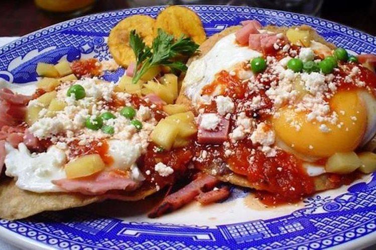 Una delicia de Yucatán: huevos motuleños, que son fritos y servidos sobre una tostada con frijoles negros, salsa de tomate, jamón y chícharos, con plátano, queso y salsa picante. OTHER