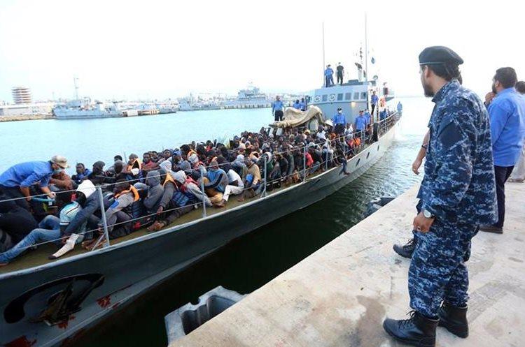 Inmigrantes arriban a base naval de Trípoli. (Foto Prensa Libre: AFP)
