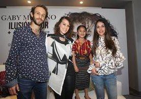 Javier y Daniela (en los extremos), del dueto Manguito, Gaby Moreno y Yahaira Tubac, durante la presentación del IV Festival Acútico (Foto Prensa Libre: Keneth Cruz).