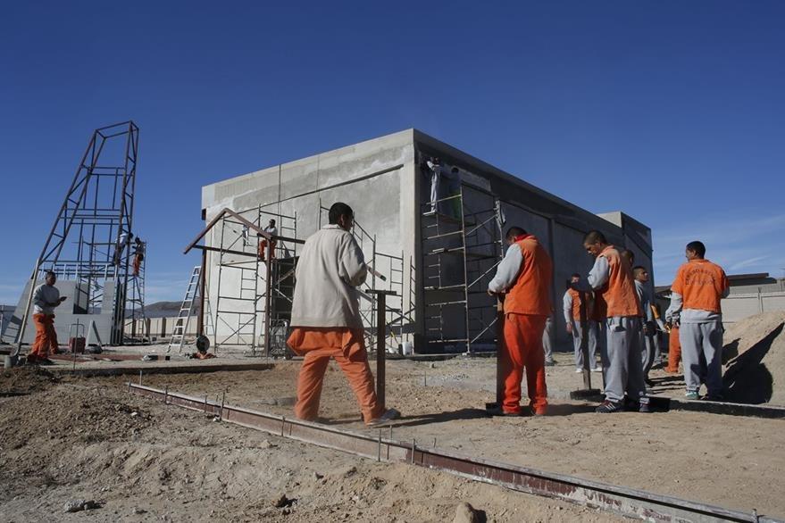 Reos de la prisión de Ciudad Juárez trabajan en la capilla en donde estará el papa Francisco el 17 de febrero próximo. (Foto Prensa Libre: AP).