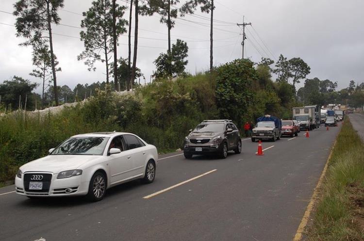 Automovilistas esperan a pasar por bloqueo en Santo Domingo Xenacoj.