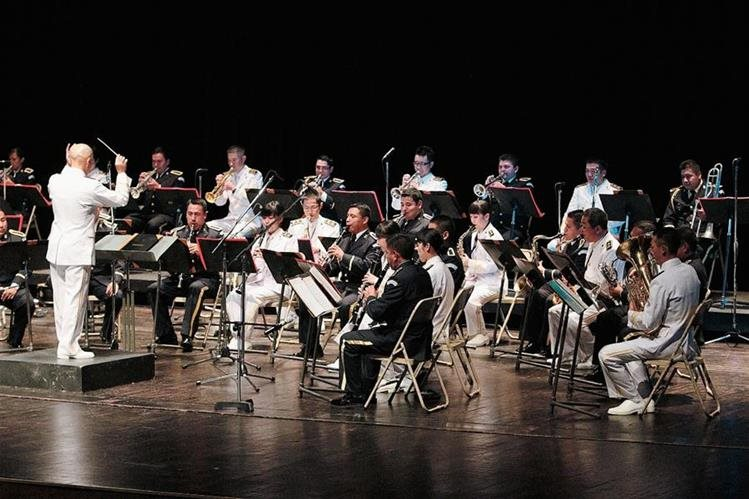 Tomo Yamamoto, dirige la fusión de las bandas de las Fuerzas Marítimas de Autodefensa del Japón y la Sinfónica Marcial de Guatemala, en un concierto presentado en el Teatro Efraín Recinos, del Centro Cultural Miguel Ángel Asturias, como parte del Festival de Juno 2015. Foto Prensa Libre: Edwin Castro