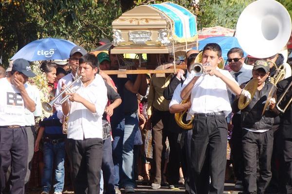 Durante la madrugada saqueadores robaron dos bolsas con ropa del ex juez de paz. (Foto Prensa Libre: Óscar Figueroa)