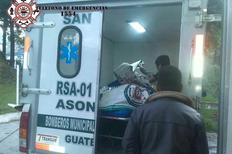 Socorristas trasladan a heridos en accidente en ruta Interamericana, cabecera de Sololá. (Foto Prensa Libre: Bomberos Municipales Departamentales)