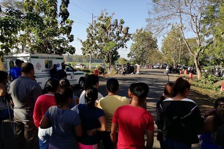 Curiosos permanecen en el lugar donde una estudiante murió en un accidente en Escuintla. (Foto Prensa Libre: Enrique Paredes).