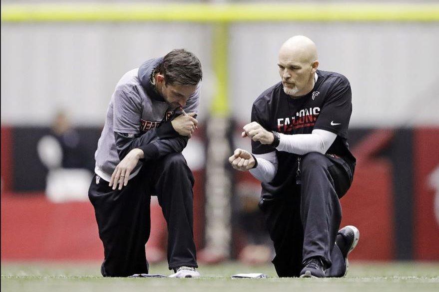 Los entrenadores de Atlanta, Dan Quinn y Kyle Shanahan estudian la estrategia para el Súper Tazón. (Foto Prensa Libre: AP)