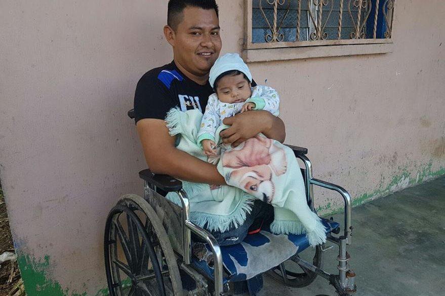 Óscar Bol Sep perdió las piernas en el 2011 y ahora lucha para superarse en Poptún y poder criar a su hijo. (Foto Prensa Libre: Walfredo Obando)