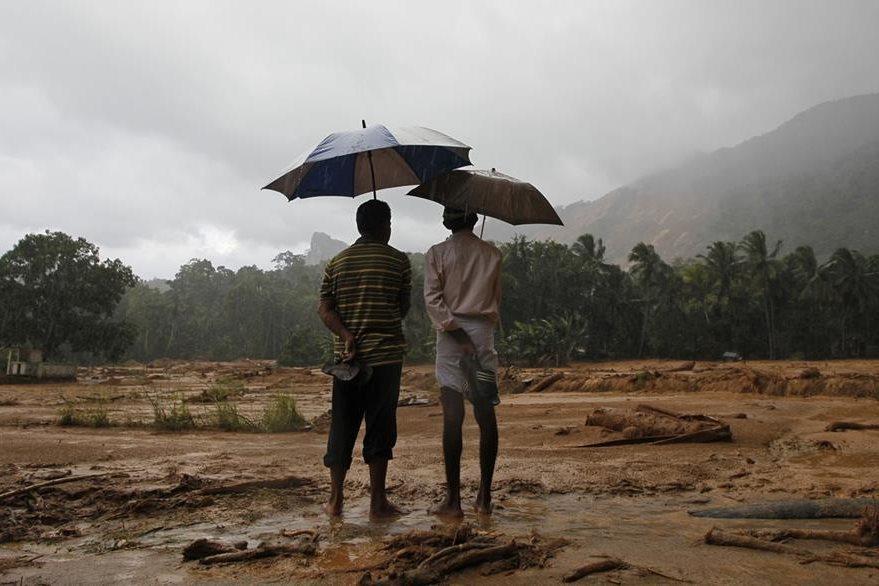 La Cruz Roja de Sri Lanka dice temer cientos de personas sepultadas por los deslaves. (Foto Prensa Libre: AP).