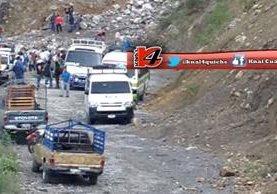 Paso de vehículos entre Alta Verapaz y Quiché, en el cerro Los Chorros, queda bloqueado por derrumbe. (Foto Prensa Libre: Canal 4 de Quiché)