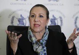 Blanca Stalling negó haber influido a favor de su hijo y se resiste a renunciar al cargo.
