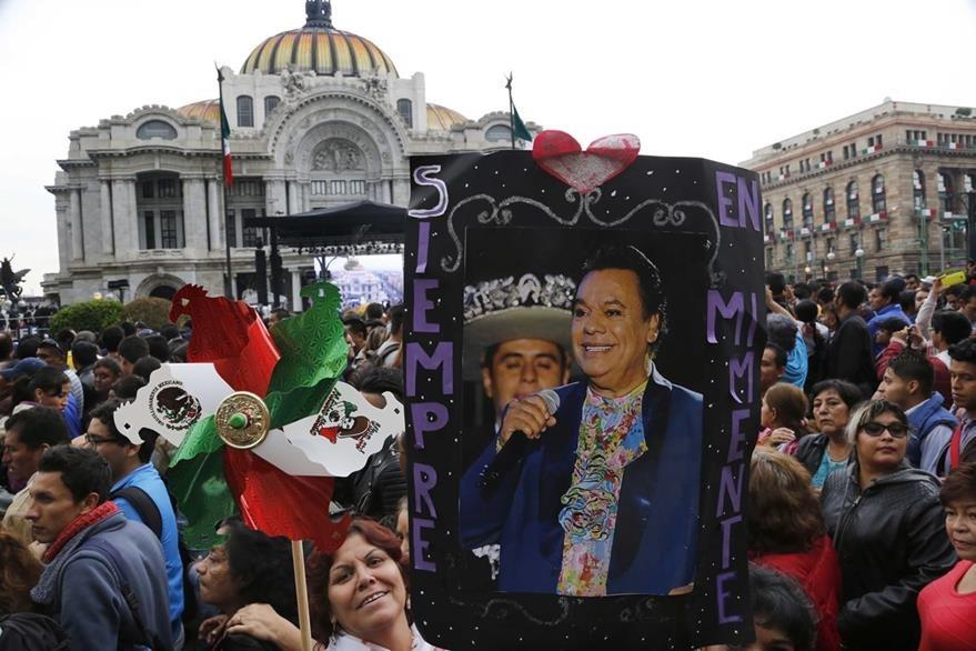 Seguidores de Juan Gabriel rindieron tributo a su ídolo. (Foto Prensa Libre: AP)