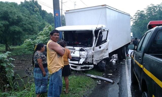 El camión con que chocó frontalemente el pico en el kilómetro 65, ruta antigua de Escuintla a Masagua. (Foto Prensa Libre: Carlos Paredes)