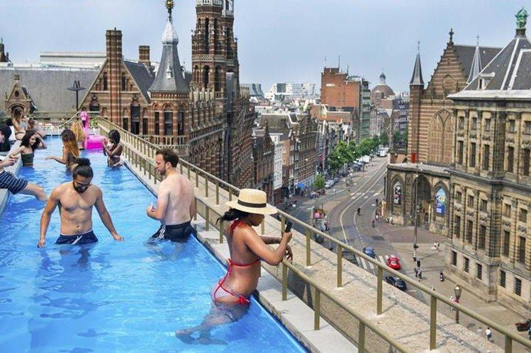 Los holandeses buscan refrescarse de cualquier forma, ante la ola de calor. (Foto Prensa Libre: EFE)