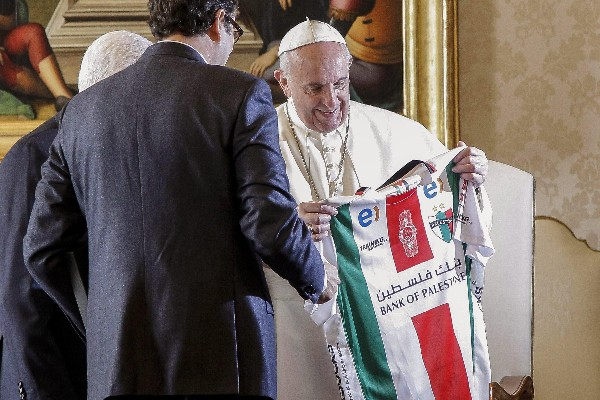 El Papa recibe una camisola del futbol palestino durante la reunión con Abás. (EFE).