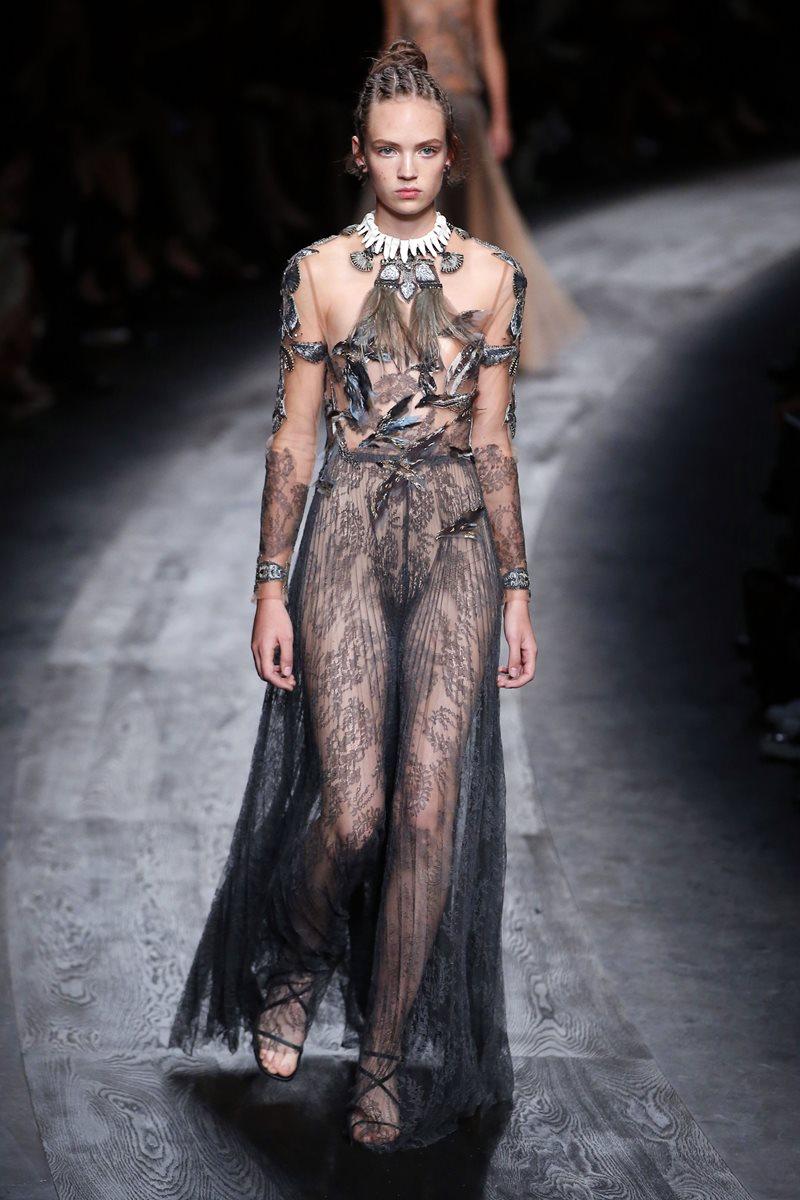 Las telas transparentes fueron la base de los vestidos presentados por el diseñador Valentino. (Foto Prensa Libre: AFP).