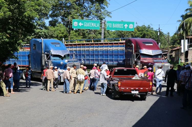 Cientos de vehículos quedaron varados en el km 283, cruce Entre Ríos, Río Dulce, Izabal. (Foto Prensa Libre: Dony Stewart)