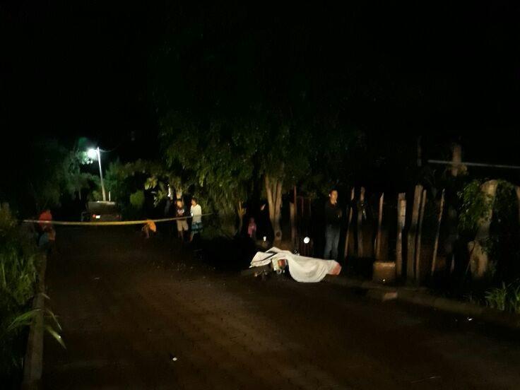 El concejal cuarto de Pasaco, Jutiapa, Carlos Abraham Escobar, fue ultimado frente a su vivienda. (Foto Prensa Libre: Hugo Oliva)