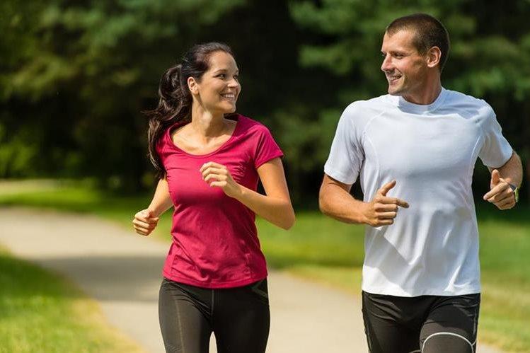 Hacer ejercicio y llevar una dieta saludable para alcanzar y mantener el peso ideal ayudan a prevenir el desarrollo de la diabetes en hombres, mujeres y niños.