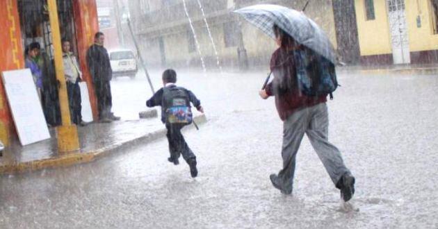La intensa lluvia que cae en varios departamentos obligo a suspender las clases. (Foto Prensa Libre: Mineduc)