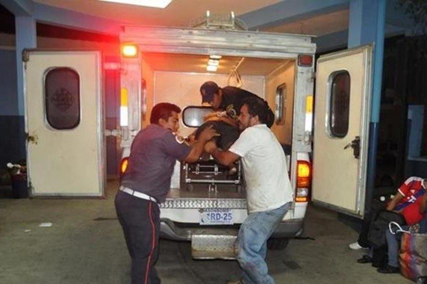 Uno de los heridos el día del ataque es trasladado hacia un hospital. (Foto Prensa Libre: Hemeroteca PL).
