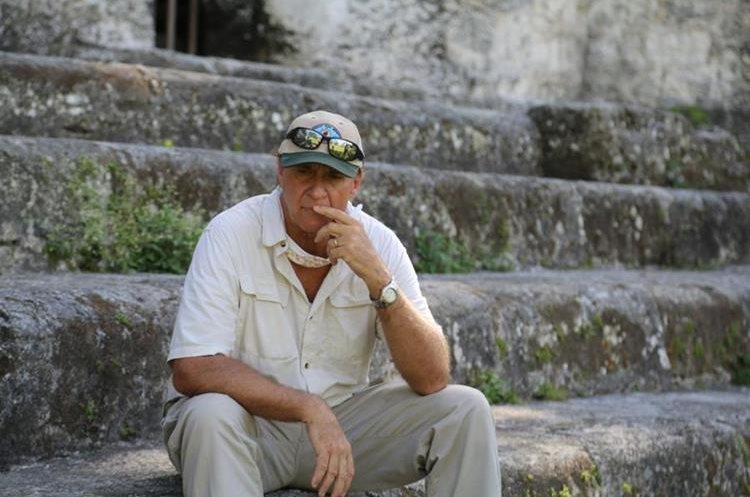 El arqueólogo Richard Hansen descansa en las gradas de uno de los templos de Tikal.