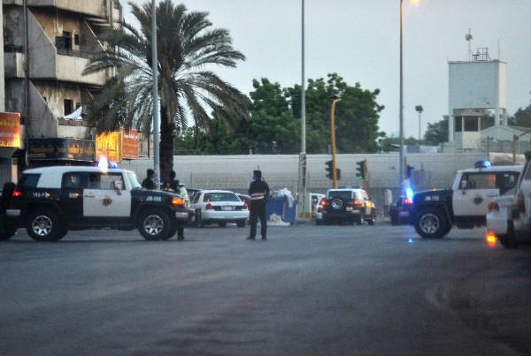 Autoridades saudíes investigan en la escena del atentado en Yeda. (AFP).