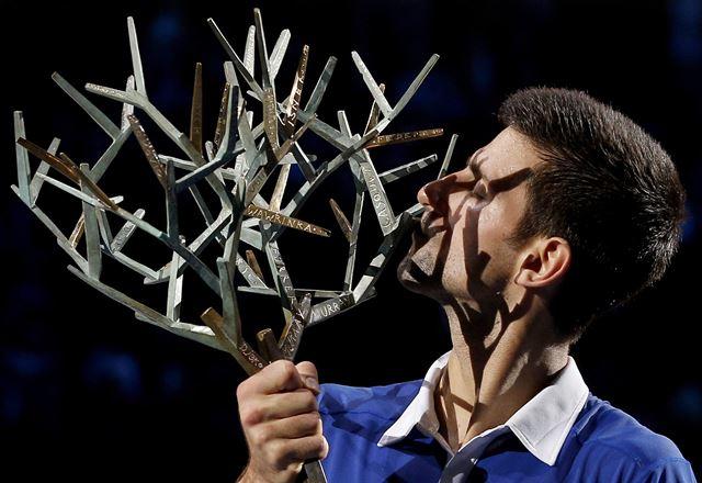 Djokovic entra en la historia al ganar Paris-Bercy por cuarta vez. (Foto Prensa Libre: EFE)
