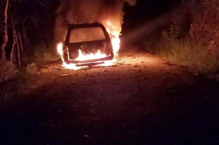 Foto captada del momento en que el vehículo era incendiado. (Foto Prensa Libre: Dony Stewart)