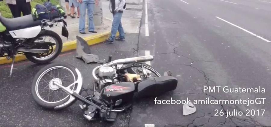 Motocicleta utilizada por supuestos asaltantes en la calzada Roosevelt. (Foto Prensa Libre: Amílcar Montejo)