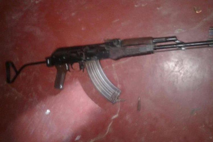 A los detenidos se les incautó un fusil Ak-47 y otras armas. (Foto Prensa Libre: PNC)