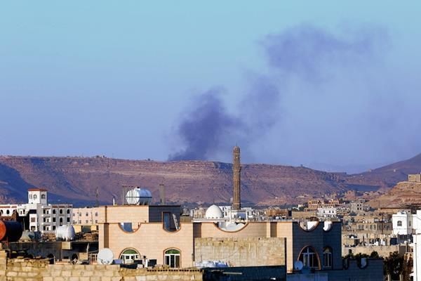 Una cortina de humo se eleva sobre el supuesto almacén de armamento de un campamento militar de rebeldes houtíes.(Foto Prensa Libre. EFE)