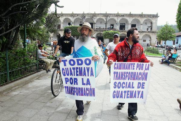 El Caminante recorre el parque central de Antigua Guatemala, Sacatepéquez. (Foto Prensa Libre: Miguel López)