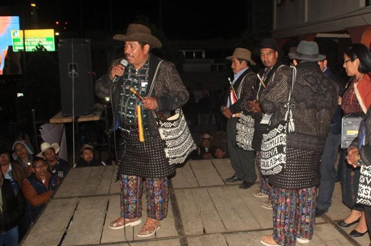 El actual alcalde indígena, Tomás Saloj Guit, dio a conocer el resultado de la elección que se llevó a cabo el pasado domingo. (Foto Prensa Libre: Ángel Julajuj)