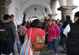 Empleados municipales de Antigua Guatemala esperan mientras el Concejo aprueba transferencia para pagarles horas extras de Semana Santa. (Foto Prensa Libre: Julio Sicán)