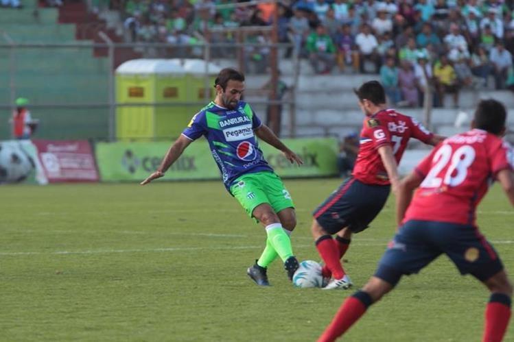 José Manuel Contreras trata de retener el balón durante una de las acciones del juego. (Foto Prensa Libre: Norvin Mendoza)